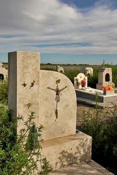 Crucifijos y placas de bronce robadas  en episodios de vandalismo cuando bajó el agua y las tumbas quedaron en la superficie. Foto: LA NACION / Mauricio Giambartolomei