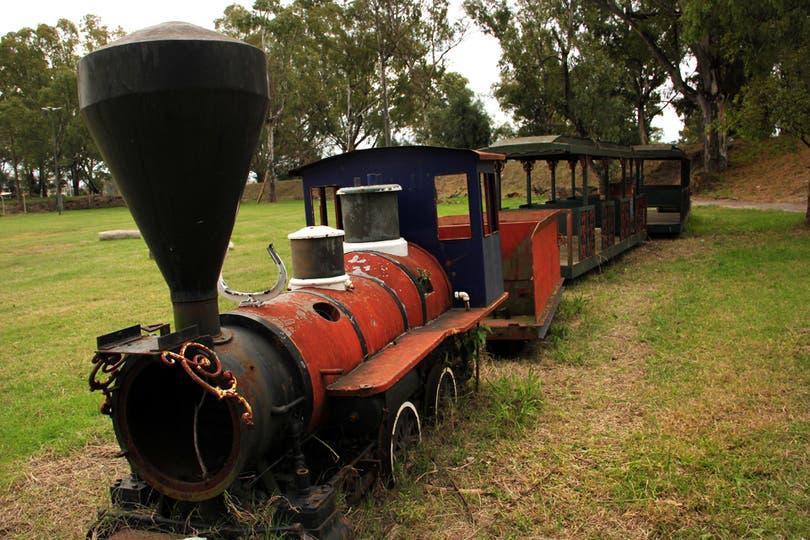 Uno de los 4 trenes que recorrían el parque por 6 estaciones; capacidad para 72 adultos y un costo de u$s 1,6 millones. Foto: LA NACION / Mauricio Giambartolomei