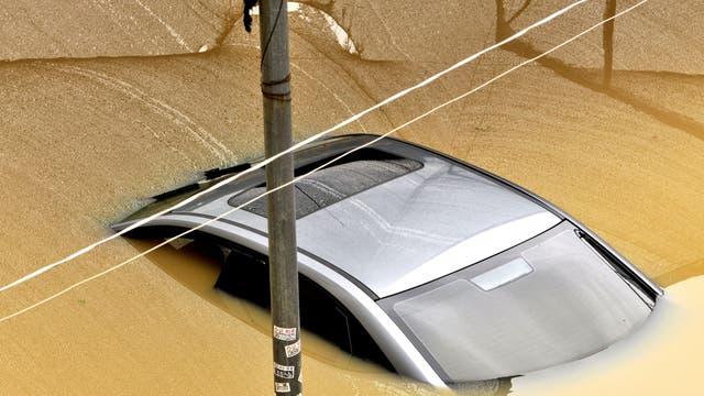 Un auto cubierto por la inundación en Nanning