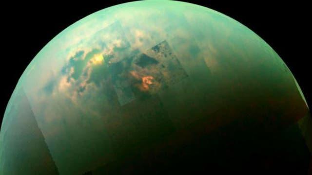 La temperatura superficial promedio en Titán es de -179º C.