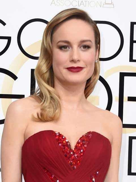 El cabello de Brie Larson imitaba las olas del mar. Sencillo pero apropiado para complementar su look de la noche.. Foto: Reuters y AFP