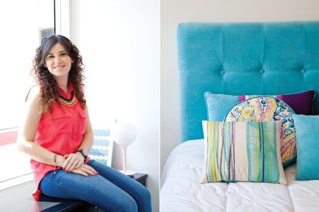 El área que corresponde al dormitorio se delineó con un respaldo con capitoné ($2.300) y almohadones ($300 c/u, todo, arquitecta Melina Kleinman) con géneros cuidadosamente elegidos (De Levie).  /Magalí Saberian