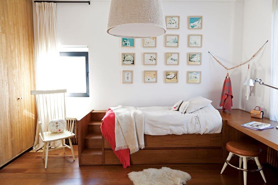 Para el cuarto de esta nena de 7 años, Karina diseñó una cama-nido con escalera, que continúa en un escritorio lateral, todo en petiribí lustrado (Krethaus). La banqueta es idéntica al modelo de la cocina, pero más baja (La Pasionaria).  Foto:Living /Magalí Saberian