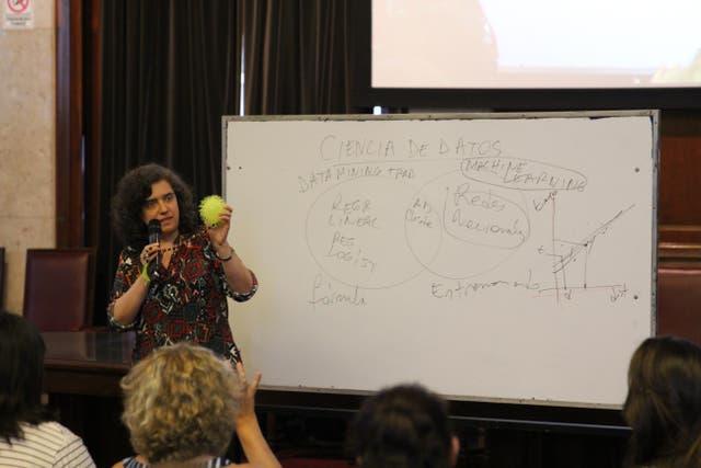 La Dra. Marcela Riccillo explicando de manera muy didáctica de qué se trata machine learning