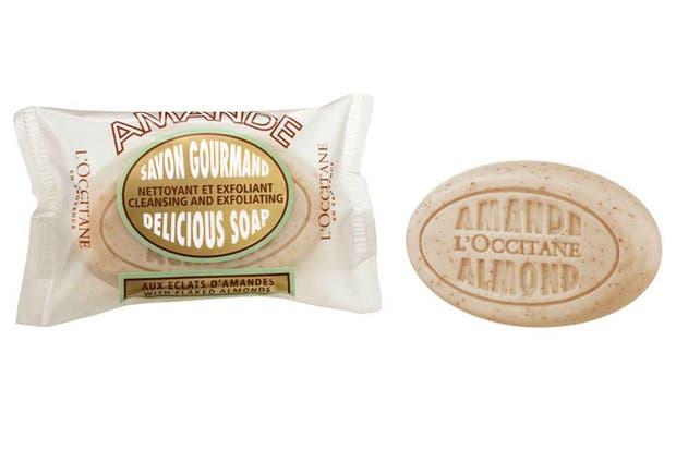 Jabón exfoliante de almendra. $143,50, L´ Occitane.
