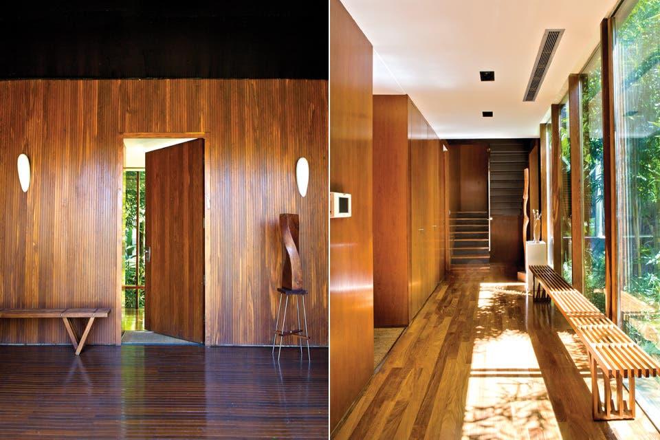 La puerta entornada deja ver un atisbo del patio interno, rodeado de paredes vidriadas. . Como la casa está elevada, el patio no está al nivel del pasillo, sino varios metros por debajo..