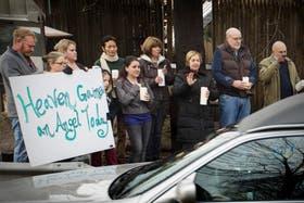 En la conmocionada Newtown , ayer siguieron los entierros de los alumnos de Sandy Hook