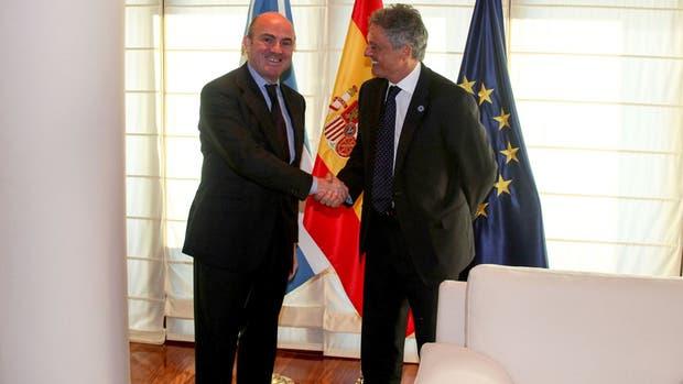 El ministro español de Economía, Luis de Guindos, y el ministro de Producción, Francisco Cabrera