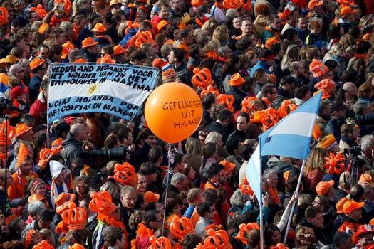 Banderas celestes y blancas, camisetas de la selección y pancartas identificaban a los compatriotas de la flamante reina consorte. Foto: Reuters