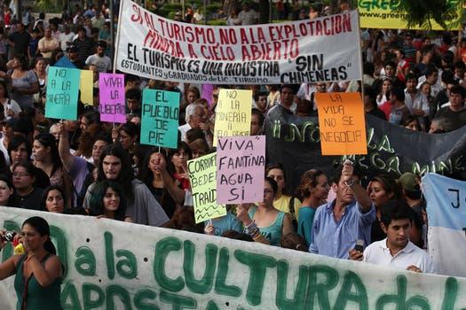 Miles de vecinos, asambleístas y militantes de organizaciones políticas y sociales se concentraron frente a la Casa de Gobierno de La Rioja. Foto: LA NACION / Maxie Amena