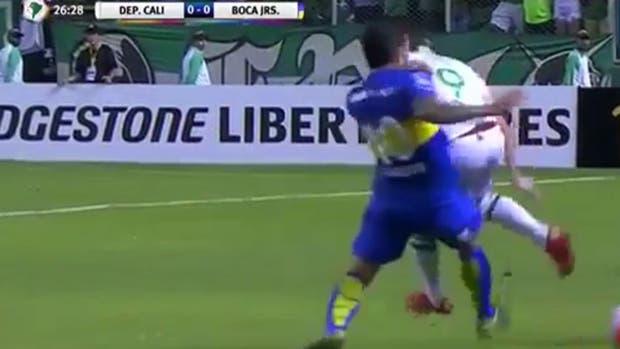 La patada de Tevez a Santos Borré