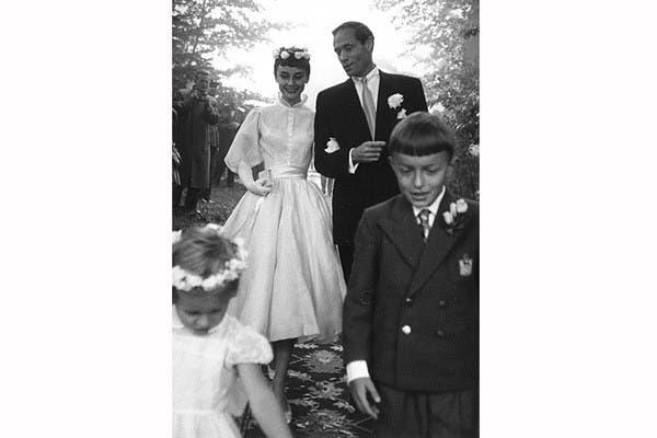 Muy elegante se casó Audrey Hepburn con el actor Mel Ferrer en 1954. Usó un vestido que realza su diminuta cintura, con mangas de chifón y falda plisada. Las flores fueron el toque justo para ella, el novio y el cortejo. Foto: In style