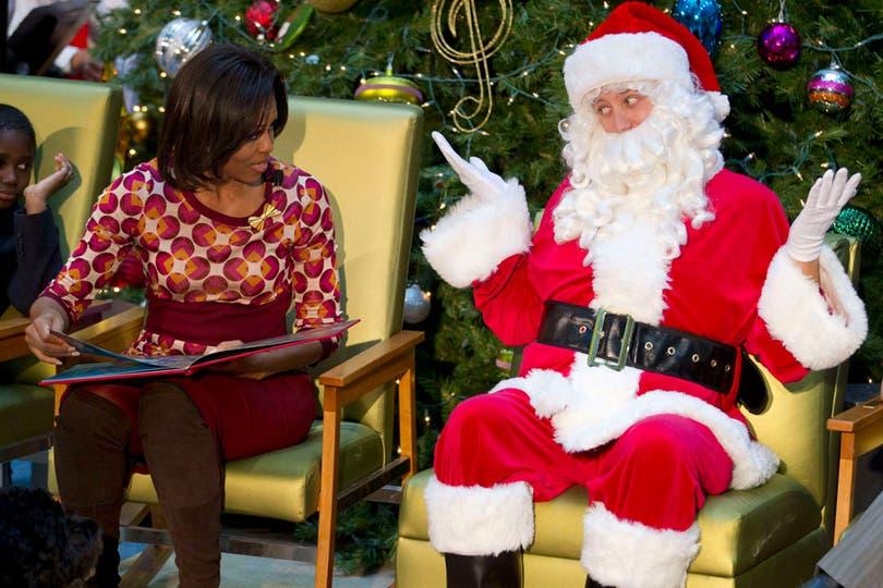 La primera dama de Estados Unidos, Michelle Obama, en un hospital pediátrico de Washington, junto a Papá Noel.