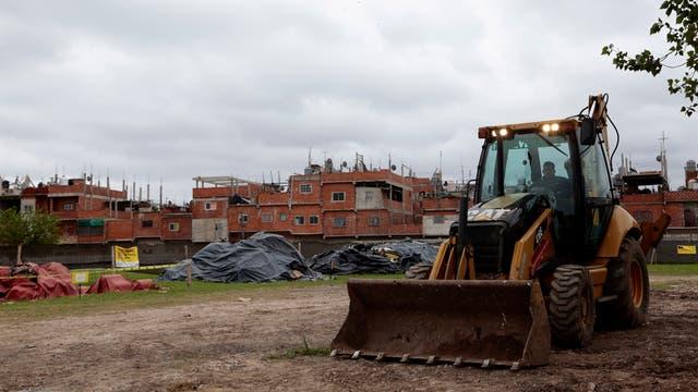Ayer: maquinarias trabajan en el lugar para edificar viviendas a estrenar
