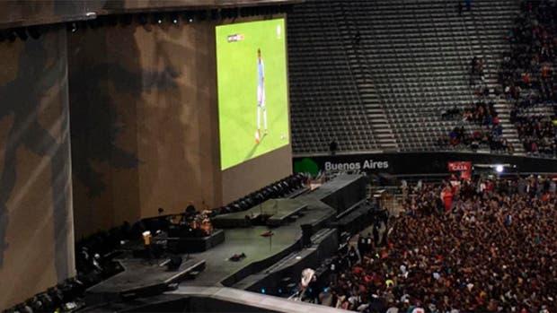 Antes del recital, el público palpita el encuentro entre Argentina y Ecuador