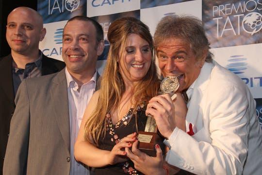 Casella celebra su premio junto a su equipo.. Foto: LA NACION / Matías Aimar