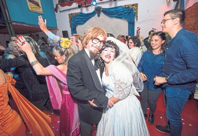 Artistas, vecinos de Barracas y espectadores curiosos, en El casamiento de Anita y Mirko: