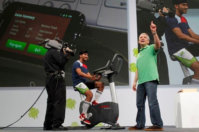 Matt Hershenson, director de Ingeniería, presenta junto a Anand Agarawala las posibilidades de interacción de un celular con una bicicleta fija en el reciente Google I/O