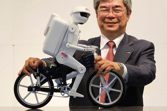 Murata, una de las compañías proveedoras de partes para el iPhone 5, mostró un robot capaz de hacer equilibro y andar en bicicleta. Foto: Reuters