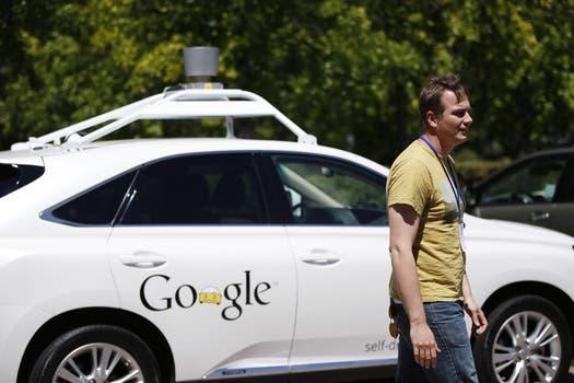 Chris Urmson, director del proyecto Google Car, junto al vehículo autónomo presentado por la compañía. Foto: Reuters