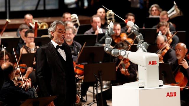 El tenor Andrea Bocelli junto al robot YuMi, el encargado de dirigir la orquesta que se presentó en el Teatro Verdi de Pisa