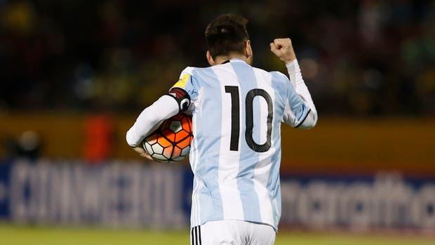 Lionel Messi con la pelota tras anotar el gol del empate frente a Ecuador