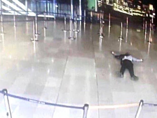 El atacante, ya abatido, en una terminal del aeropuerto de Orly
