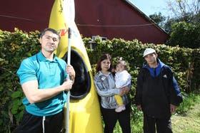 En La Plata, hace seis meses, Juan Pablo Ruiz Villoldo con su kayak salvó a Belén, Maximiliano y a su pequeña hija
