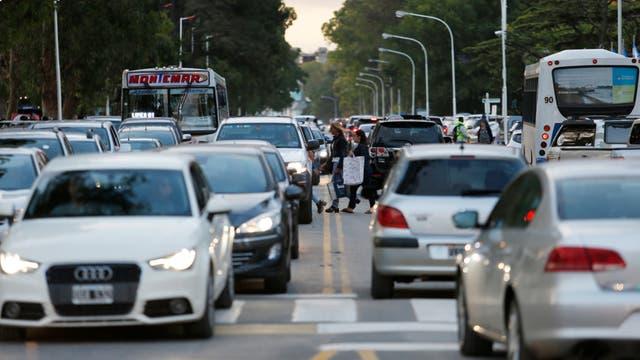 Pinamar: caos de tránsito, autos encastrados en la arena y peatones imprudentes
