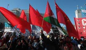 Banderas y caras tapadas en la protesta frente a Comodoro Py