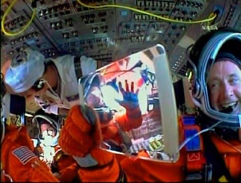 Los tripulantes dentro del transbordados se preparan para el despegue. Foto: Reuters