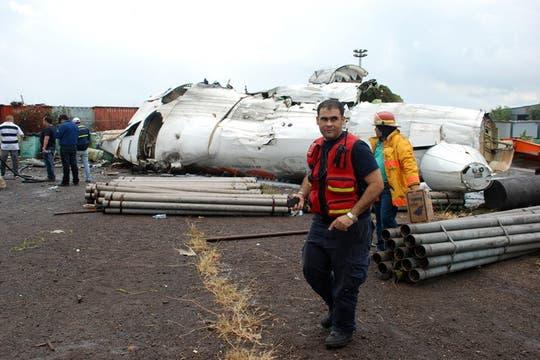Bombereos y rescatistas trabajan en la zona donde se estrelló el avión con 47 pasajeros a bordo. Foto: Reuters