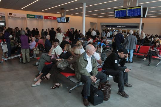 Gran cantidad de gente espera en la flamante terminal C de Ezeiza. Foto: LA NACION / Miguel Acevedo Riú