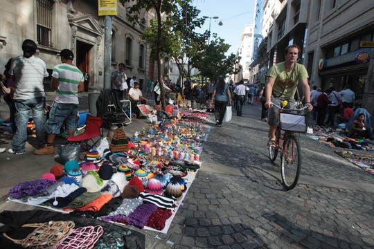 Cada vez hay más vendedores ambulantes a lo largo de toda la peatonal Florida. Foto: LA NACION / Miguel Acevedo Riú