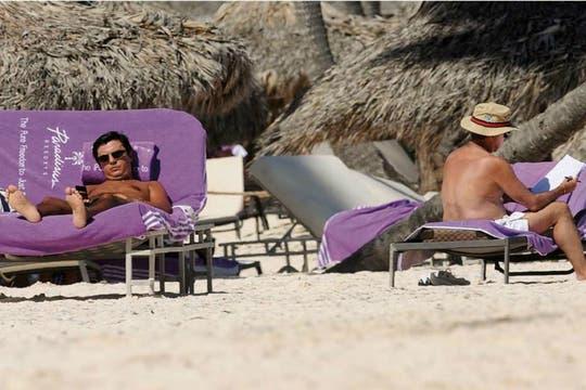 Oyarbide junto a Claudio Blanco, su acompañante, quien juega con el celular. Foto: Revista NOTICIAS