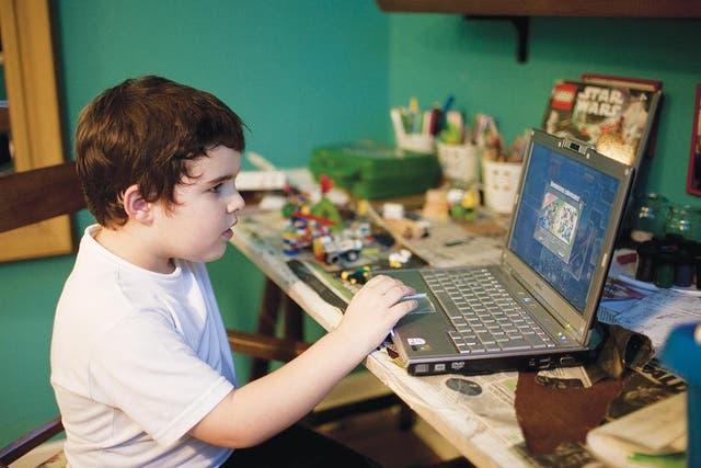 En su mundo. A Francisco Sury (7) hace un año le diagnosticaron Asperger. Su pasión, los jueguitos de la computadora, cuyos personajes dibuja cuando no está frente la pantalla