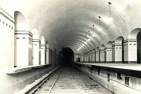 Estación Carlos Pellegrini  de la Línea B; se ven las aberturas para ventilación;  junio de 1931.. Foto: Archivo
