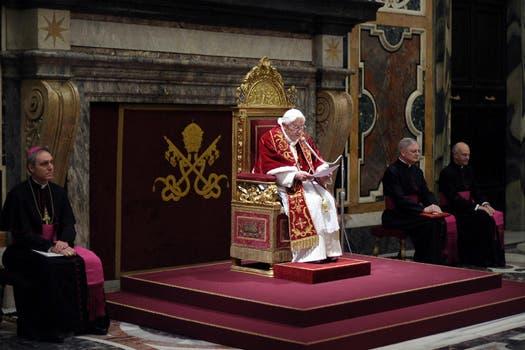 En varios idiomas Benedicto XVI dijo adiós. Foto: AP