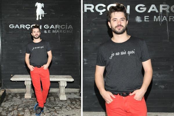 Felipe Colombo fue a conocer la nueva colección de Garçon García y se probó toda la ropa. ¿Qué te parecen esos pantalones rojos?. Foto: Prensa Garçon García