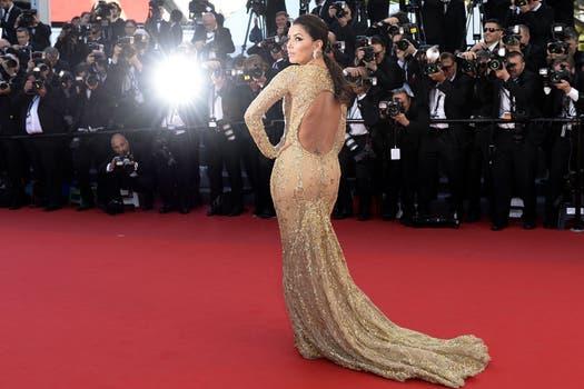 Muy sexy. Eva Longoria dejó a todos enamorados al pasar por la alfombra roja de Cannes.. Foto: AFP