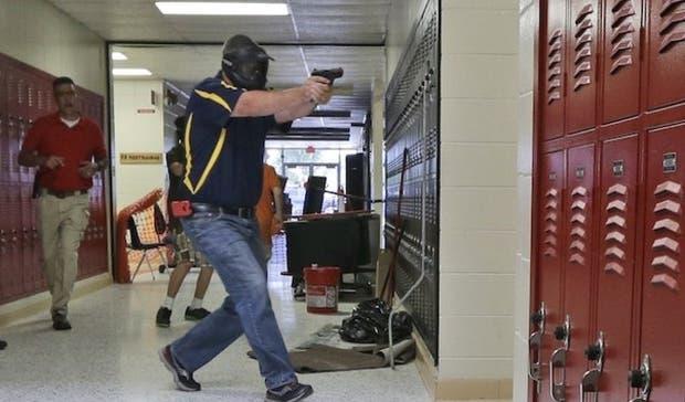 Un profesor de Clarksville High School durante un simulacro realizado en el colegio