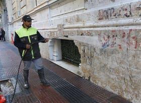 En M. T. de Alvear, entre Callao y Riobamba, limpian una fachada