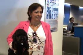 Silvia y su caniche toy, a punto de embarcar en un vuelo de Aerolíneas Argentinas