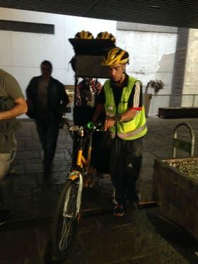 Jonathan, con el bicitaxi que conduce