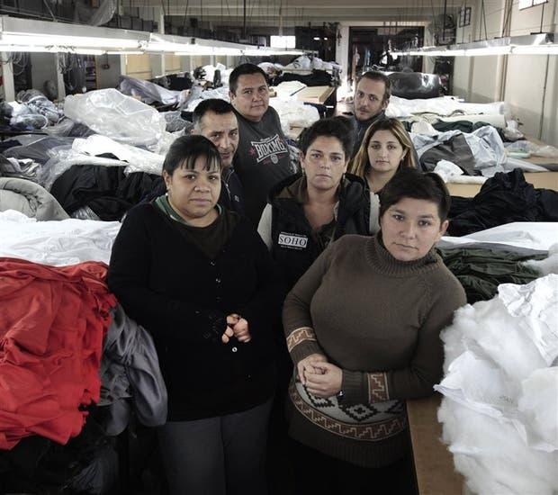 Trabajadores de Soho Coop en el inmueble en riesgo