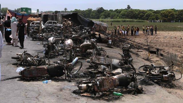 Tragedia en Pakistán: volcó un camión con petróleo, explotó y mató a 148 personas