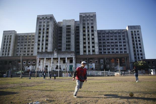 El deteriorado edificio de 14 pisos, una postal de Villa Lugano que podría desaparecer para siempre