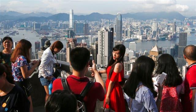 Turistas chinos y extranjeros, ayer, en una torre de Hong Kong