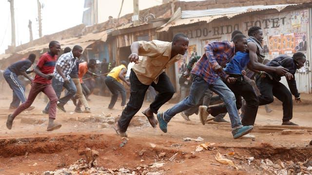 La policía realizó disparos para dispersar una protesta de opositores que bloquearon calles