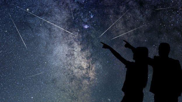 La lluvia de estelas brillantes puede observarse con bastante facilidad.